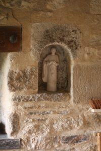 statuette dans la pierre