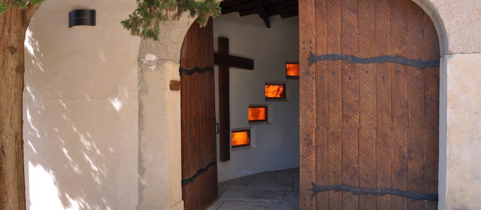 porte ouverte du monastère de Taulignan