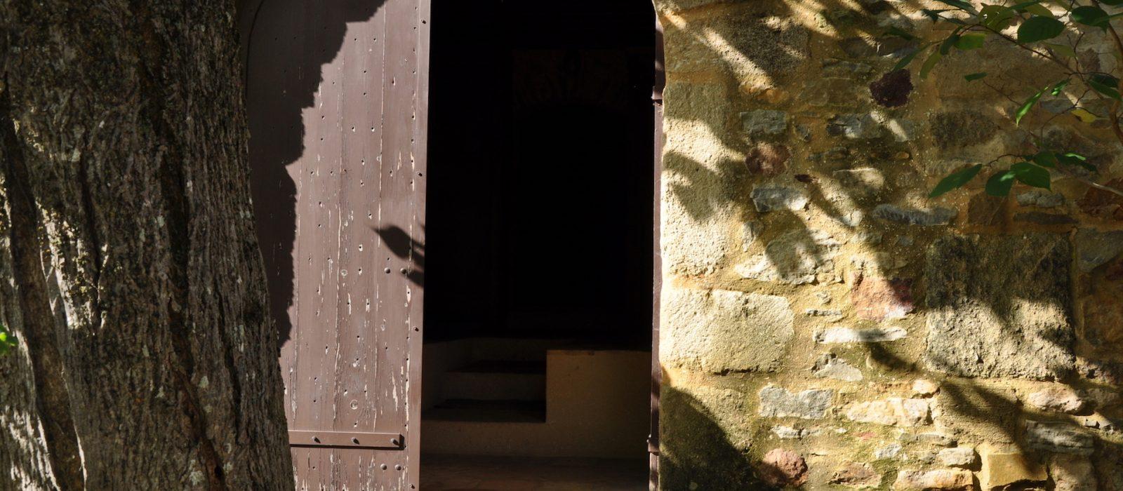 porte ouverte du monastère de solin